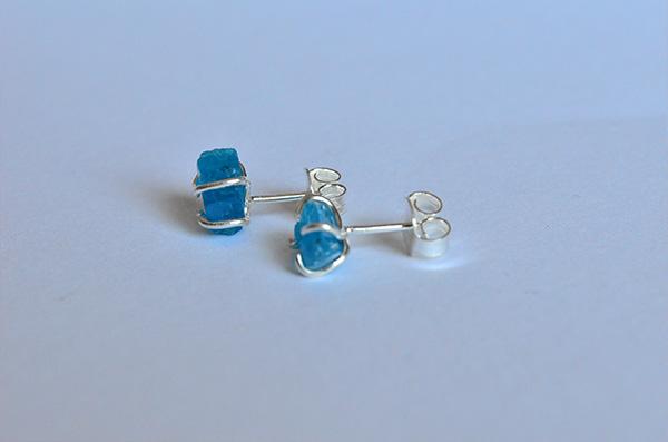 Apatite raw: orecchino in argento 925 e apatite blu grezza