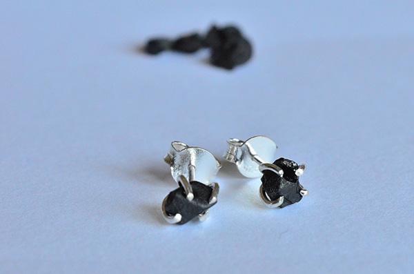 onyx raw: orecchini in argento 925 e onica nera grezza