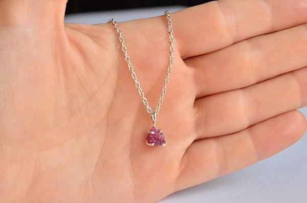 Ruby raw: collana in argento 925 e rubino rosso grezzo
