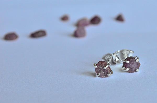 Ruby raw: orecchini in argento 925 e rubino rosso grezzo
